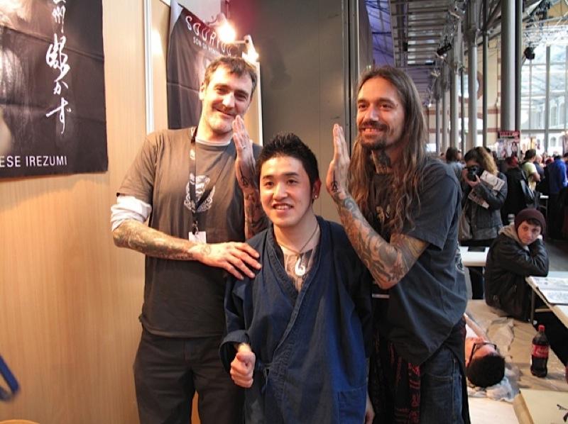 Yokohama Tätowier Museum Symbol,bei Kazuyoshi an Luke Atkinson und Filip Leu beim Mondial du Tatouage 2013